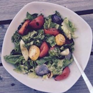 salotos su grill daržovėmis