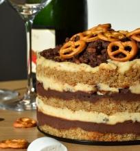 Sūrių riestainių tortas su alum, zefyrais ir šokoladu