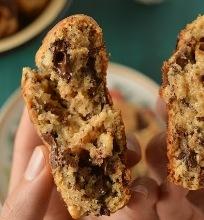 Sausainiai su juodojo šokolado gabaliukais ir graikiniais riešutais