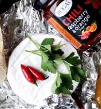 Keptas Camember sūris su apelsinų, aviečių ir čili padažu