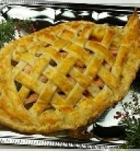 Kalėdinis sluoksniuotos tešlos pyragas su lašiša