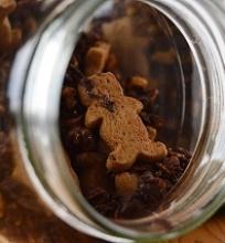 šokoladinė granola su apelsinų cukatomis ir mažyčiais traškiais meduoliais