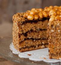 Karamelinis tortas su lazdynų riešutais
