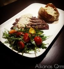 Rib eye steikas su kepta bulve ir pelėsinio sūrio padaž