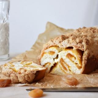 Babka su džiovintais abrikosais ir kreminiu sūriu