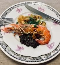 Krevetė su juodosiomis pupelėmis ir cukinijomis
