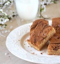 Karamelizuoto balto šokolado kvadratėliai