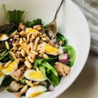 Tuno salotos su putpelių kiaušiniais