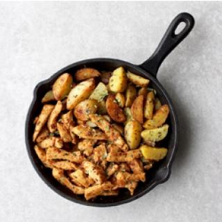 Česnakiniame svieste kepta vištiena ir bulvytės