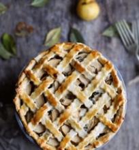 Pyragas su obuoliais, vištiena ir pelėsiniu sūriu
