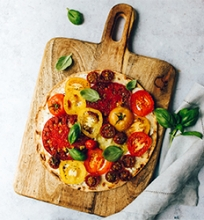 Pica su česnakine varške ir pomidorais