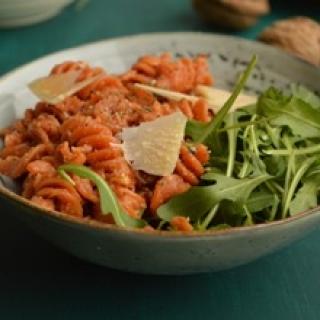 Makaronai su saulėje džiovintų pomidorų pesto