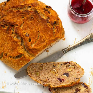Duona su riešutais ir spanguolėmis