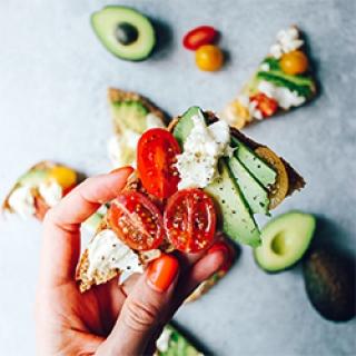 Sumuštiniai su avokadu, mocarela ir pomidorais