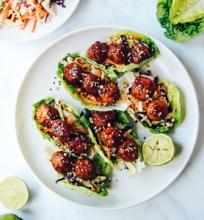 Azijietiški salotų ir vištienos kukulių suktinukai