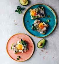 Skrebučiai su avokadu, silke ir kiaušiniais