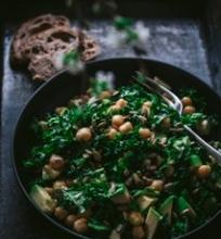 Lapinių kopūstų, avinžirnių, avokadų salotos