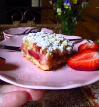 Trupininis pyragas su rabarbarais ir braškėmis