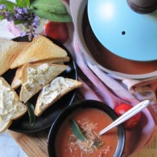 Skanioji keptų pomidorų sriuba su kokosų pienu