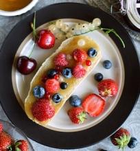 Medaus ir uogų sumuštiniai