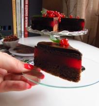 Šokoladinis tortas su raudonaisiais serbentais