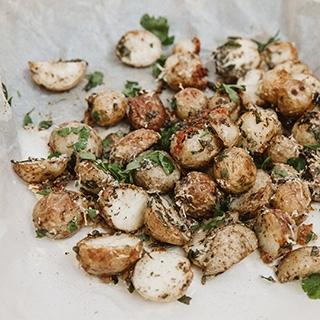 Orkaitėje keptos traškios bulvės su parmezanu