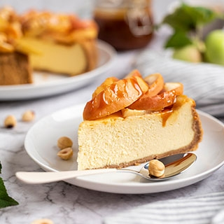 Sūrio tortas su keptais obuoliais