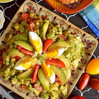 Avokadų ir pomidorų salotos