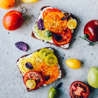 Juodos duonos sumuštiniai su česnakine varške ir pomidorais