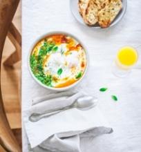 Be lukšto virti kiaušiniai su jogurtu