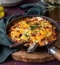 Sūriu apkeptos česnakinės bulvytės su šonine