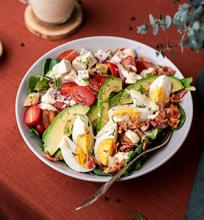 Vištienos ir avokadų salotos su kiaušiniais