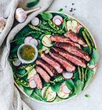 Steikas su pavasario daržovėmis