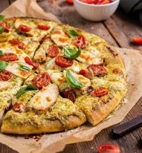 Pica su pesto padažu ir vištiena