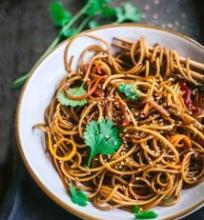 Kiniški makaronai su daržovėmis