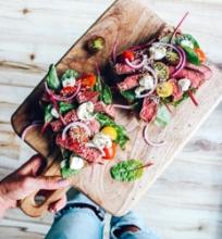 Česnakinė duona su steiko salotomis