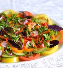 Daržovių salotos su adžika