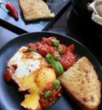 Šakšuka – kiaušiniai kepti pomidorų padaže