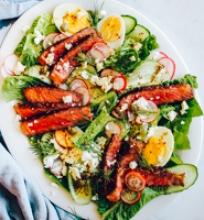 Salotos su steiko juostelėmis ir kiaušiniais