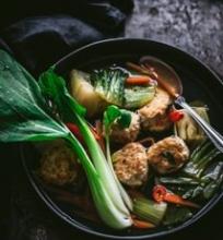 Azijietiška sriuba su mėsos kukuliais