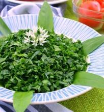 Meškinių česnakų salotos