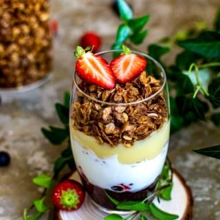 Sluoksniuotas vaisių ir jogurto desertas