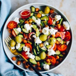Graikiškos salotos su keptais avinžirniais