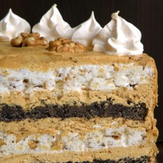 Morengų ir aguonų tortas su karameliniu kavos kremu