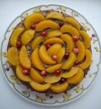 Aguonų tortas su persikais ir spanguolėmis
