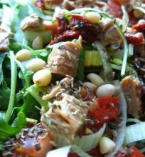 Salotos su džiovintais pomidorais ir troškintu tofu