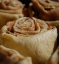 Mielinis cinamono ritinėlių pyragas