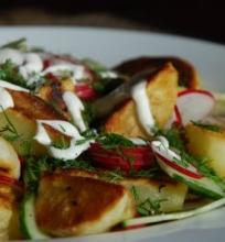 Šiltos bulvių salotos su agurkais