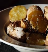 Druskoje keptos bulvės