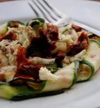 Mozzarela, džiovinti pomidorai ir cukinija